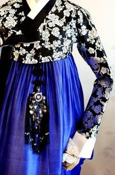 Love the colour choice here! Oriental Dress, Oriental Fashion, Asian Fashion, Korean Traditional Clothes, Traditional Dresses, Korean Dress, Korean Outfits, Modern Hanbok, Korean Design