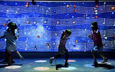 大阪府堺市東区の市立東文化会館で、子どもたちがデジタルアートに親しめるイベント「子どもアートプロジェクト」が開かれている。音に対応した惑星を踏むと、天の川の五線譜に音符が生まれ、即興の音楽になるコー…