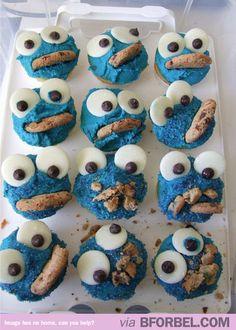 Cupcakes de monstro! O mais legal é quando o biscoitinho que vai na boca do monstro fica meio esmagado, porque parece que o monstro comeu!!!