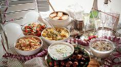 Wenn Sie Silvester, Karneval oder Ihren Geburtstag mit Ihren Freunden feiern wollen, brauchen Sie unkomplizierte Partyrezepte, die sich leicht in größeren Mengen kochen lassen. Praktisch sind auch Gerichte, die Sie gut vorbereiten können.