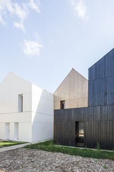 NZI Architectes design sustainable housing units in a park in Nogent-le-Rotrou using straw, a lightweight and high-performance material. Alcacer Do Sal, Woodland House, Social Housing, Wood Architecture, Residential Complex, Building Materials, Cladding, Building A House, Villa
