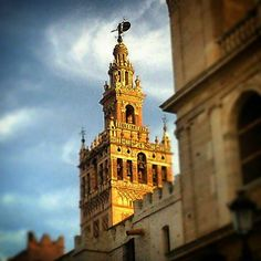 #Sevilla es, toda ella, un milagro de luz y de color - Alfonso Grosso, poeta y escritor sevillano.