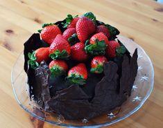 Jahodovo čokoládový dort s tvarohovým a čoko krémem a Sachrův korpus Cake, Food, Kuchen, Essen, Meals, Torte, Cookies, Yemek, Cheeseburger Paradise Pie