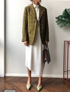 Simple blocks of color elevates any outfit Office Fashion, 70s Fashion, Work Fashion, Modest Fashion, Autumn Fashion, Fashion Outfits, Fashion Quiz, Fashion Hacks, College Fashion