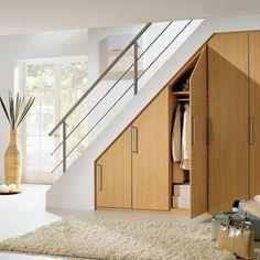 Vão da escada com aproveitamento com armários e muito requinte