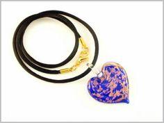 """""""Cyla"""" Un coeur bleu royal incrusté d'une myriade de cristaux d'Aventurina pour ce pendentif aux reflets scintillants."""