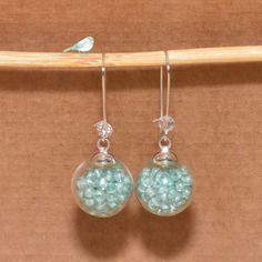 Boucles d'oreilles dormeuses globes en verre remplies de perles vert d'eau