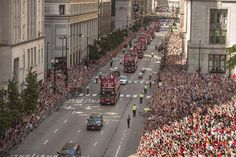 The Chicago Blackhawks parade makes its way east on Washington St. at Dearborn St. on it's way to Grant Park Friday morning. | Rich Hein~Sun-Times via CBS2 Chicago
