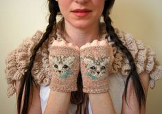 With this pattern by Tiny Owl Knits Patterns you will lear how to knit a meow mitts KNITTING PATTERN step by step. It is an easy tutorial about mittens to knit with crochet or tricot. Kitten Mittens, Knit Mittens, Mitten Gloves, Mittens Pattern, Bracelet Crochet, Wrist Warmers, Knitwear, Knitting Patterns, Knit Crochet
