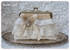 Frame purse with lace. Vintage Purses, Vintage Handbags, Bridal Handbags, Lace Bag, Diy Sac, Frame Purse, Pencil Bags, Purse Patterns, Quilted Bag