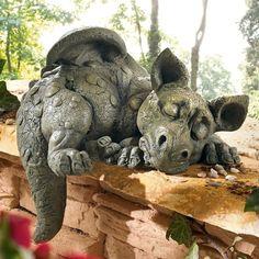 figura de dragón dormido en el jardín moderno