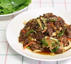 진짜 맛있는 불고기 양념 소불고기 황금레시피 8월까지는 내내 여름이더니 이제는 제법 바람도 선선해지고,... Bulgogi, Korean Dishes, Korean Food, Food Plating, Japchae, Rolls, Beef, Asian, Cooking