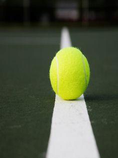 Für diese Übung brauchen Sie einen Tennisball. Stellen Sie sich nun an eine Wand. Platzieren Sie den Ball zwischen den Schulterblättern, und drücken Sie ihn mit geradem Rücken leicht gegen die Wand. Rollen Sie den Ball etwa eine Minute nach links und rechts, auf und ab. Das fördert die Durchblutung vom oberen Rücken bis in den Kopf.  Extra-Tipp Entlasten Sie zusätzlich die Bandscheiben, machen Sie einige langsame Rumpfbeugen nach vorn. Wichtig: Lassen Sie dabei die Arme locker hängen.