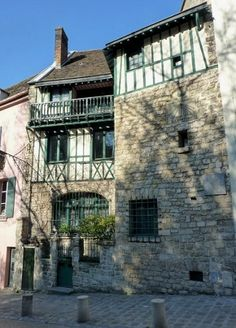 Maison et cadran solaire. 4, rue de l'Abreuvoir. Paris 75018. Pas de raison de laisser aux seuls touristes les plaisirs de Monmartre.
