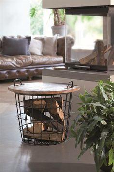 Metalen mand met houten blad voor bijv. houtblokken. Ook leuk als bijzettafel!