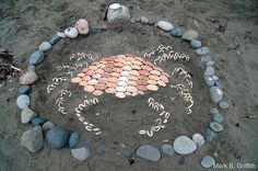 Land Art for Kids Outdoor Crafts, Outdoor Art, Beach Kids, Beach Art, Land Art, Creative Journal, Rock Collection, Crystal Grid, Ocean Themes