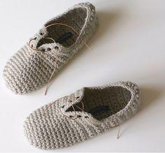 Fuente: http://crochetyknitter.tumblr.com/post/44768849050/fernfiddlehead-crochet-slippers-unisex-lace