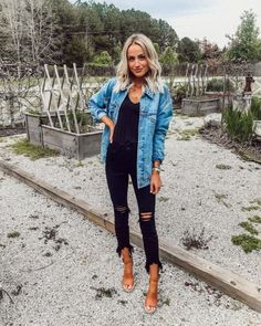 Denim jacket over black top and trendy distressed denim jeans. - Jeans Black - Ideas of Jeans Black - Denim jacket over black top and trendy distressed denim jeans. Vetements Shoes, Spring Summer Fashion, Autumn Fashion, Style Summer, Casual Summer, 2018 Winter Fashion Trends, Winter Trends, Casual Fall, Spring Break