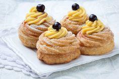 Le Zeppole di San Giuseppe fritte sono dolci tipici farciti con crema pasticcera nella versione classica; il dessert perfetto per la festa del papà!