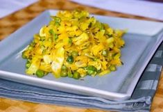 - Curry Peas and Cabbage Stir-Fry - Mata Pata Gobi Ki Sabji - spicy,healthy side-dish Vegetarian Cabbage Soup, Cabbage Soup Recipes, Gobi Recipes, Indian Food Recipes, Ethnic Recipes, Indian Foods, Cabbage Curry, Cooked Cabbage, Clean Eating Vegetarian