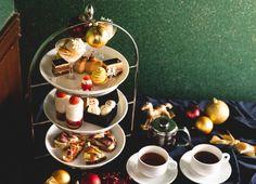 """切り株を模したクリスマスケーキ「マロンのブッシュ・ド・ノエル」をはじめ、シナモン香る「タルトタタンパフェ」や、にっこりスマイルが愛らしい""""レガートスノーマン」(マカロン)、クリスマスキャンドルを思わせる「ろうそくダンジュ」などのクリスマスらしい賑やかなラインナップです。デートやご友人とのお昼間のクリスマス会や忘年会にぜひご利用ください。 Table Settings, Dining, Home Decor, Food, Decoration Home, Room Decor, Place Settings, Home Interior Design, Home Decoration"""