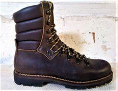 Zdravím přátelé. Tyto boty se speciálně objednávaly pro Pavla. Nejen, že se šily ve velikosti 47,5, což není běžná velikost, ale také se šily z jiné kůže, než z které ji u Dallapé běžně š... Safari, Bushcraft, Dr. Martens, Fashion Boots, Hiking Boots, Combat Boots, Outdoors, Vintage, Shoes