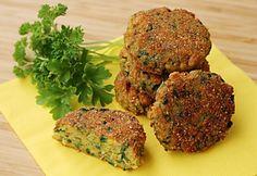 Zeleninovo-vajíčkové fašírky sú tisíckrát lepšie ako tie mäsové. Neveríte? Uveríte, ak vyskúšate tento recept! Ich príprava je extrémne jednoduchá, chutia ako sen ahlavne viete, čo vnich jete. Čo pri mletom mäse zobchodu nie je až také isté. Budete potrebovať: 10 vajec (9 na omeletu, 1 surové) 4 krajce chleba 1 cibuľa 1 zväzok petržlenovej vňate