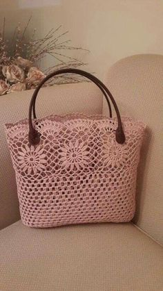 No pattern, but a lovely idea - SalvabraniI love all these types of bags they are showing and whats great are the endless ideas using vintage crocheted items – ArtofitThis post was discovered by ЮлиShopper with leather bottom bag crochet – Art Crochet Diy, Crochet Tote, Crochet Handbags, Crochet Purses, Vintage Crochet, Crochet Stitches, Crochet Patterns, Butterfly Bags, Sacs Design