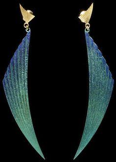 Cercei din niobiu şi aur creaţi în anul 1984 de către britanicul Alan Craxford; se află în Londra, The Victoria and Albert Museum.