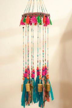 Türkis Wind chime, wulstige Mobile mit Messing-Glocken und Stoff-Quasten, böhmische Dekor für zu Hause oder für Ihre Terrasse-Dekor  Ich mag den Klang der Glocken und Blick auf die funkelnden Kristall-Perlen. Ich liebe auch Quasten und machen sie aus recycelten Kleider und Schals. Eines Tages durch Zufall, ich hing eine Quaste an den gleichen Nagel Mobile Glocken und entdeckt, wie schön es aussieht, wenn sie kombiniert werden! Das Mobile ist aus RUNDSTAHL Holzoberfläche mit Stoff, Pompons…
