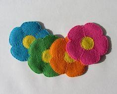 Você pode fazer porta-copos flor de feltro para diversificar as suas confraternizações e também decorar todo o ambiente.
