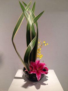 Risultati immagini per ikebana arte floral japones Ikebana Arrangements, Ikebana Flower Arrangement, Arte Floral, Deco Floral, Design Floral Moderne, Modern Floral Design, Japanese Floral Design, Flower Show, Flower Art