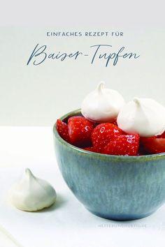 Baiser kann man als Süßigkeit oder zum Kaffee knabbern. Aber auch auf Kuchen sind die kleinen Tupfen lecker und dekorativ. Sie schmecken toll zu Erdebeeren oder auf Erdbeertorte. Hier findest du das Rezept. Dessert, Serving Bowls, Cakes, Tableware, Blog, Polka Dots, Cacao Powder, Merengue, Strawberries