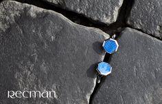Spinki do mankietów Recman wykonane są z niezwykłą precyzją i wyróżniają się unikatowymi detalami, dzięki czemu spełnią wszystkie Twoje oczekiwania. Wykorzystaj je zwłaszcza podczas takich uroczystości jak ślub, uroczysta gala czy wieczorne przyjęcie.