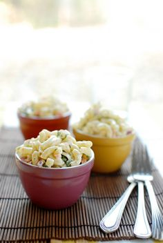 Easy Macaroni Pasta Salad ⋆ Two Lucky Spoons - - Easy Macaroni Salad is a summer classic! Whip this up a day or two in advance for your next picnic or backyard barbecue for a delicious side dish! Southern Macaroni Salad, Macaroni Pasta Salad, Def Not, Southern Recipes, Summer Salads, Soup And Salad, Pasta Dishes, Carne, Salad Recipes
