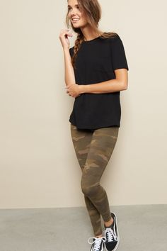 A must-have in your legging collection - Printed Legging Army Pants Outfit, Camo Leggings Outfit, Outfits Leggins, Cute Outfits With Jeans, Women's Leggings, Camo Pants, Jean Outfits, Fall Fashion Trends, Autumn Fashion
