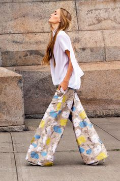 There are not a lot of ways to pull off floral wide leg pants. This is one of them. #streetstyle