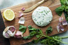 La recette du Boursin Thermomix. Faites votre propre boursin à l'ail et aux fines herbes pour le consommer sur du pain ou l'utiliser dans d'autres recettes.