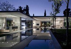 """Float House a Tel Aviv: """"Volevamo creare un paesaggio riposante"""", spiegano i progettisti dello studio Pitsou Kedem. La casa – leggera nei materiali e nella struttura - si riflette nella piscina, in una simbiosi perfetta"""
