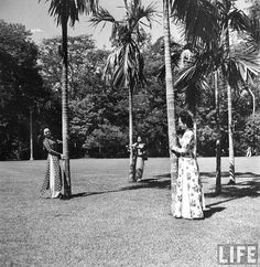 Saigon 1948 - Annamite ladies walking among the palms, in French #Indochina.