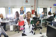"""A personagem Pepa Pig, nas mãos da atendente do Poupatempo Viviane Dias, virou uma auxiliar importante na hora de tirar fotos das crianças muito novas que vão tirar a primeira via da Carteira de Identidade. """"Ela atrai a atenção enquanto a gente tira a foto digital"""", conta Viviane, que trabalha na área do Instituto de Identificação (IIRGD), onde são emitidos os RGs. O Poupatempo está modernizando o sistema em todas as suas unidades e eliminando as tradicionais fotos 3x4."""