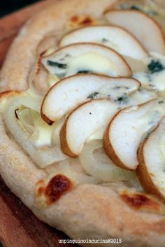 Onion, Blue Cheese and Pear Pizza - Pizza con cipolle stufate, gorgonzola piccante e pere