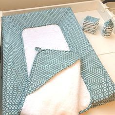 Tutoriel du matelas à langer - Notebook Cover Design, Sewing Projects For Beginners, Diy Projects To Try, Diy For Kids, Gifts For Kids, Diy Wallet, Baby Couture, Changing Mat, Mason Jar Diy