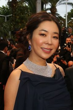Lee Hae Young's Chopard necklace and sapphire drop earrings stood out against her dark gown.
