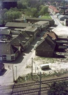 15929 1966. Spoorwegovergang in de Poulinkstraat.  Verderop gaat de Poulinkstraat over in de Aastraat.