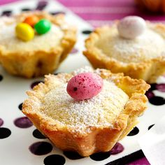 Pääsiäiskakkusten täytteen alla on marmeladisydän. Happy Easter Sunday, Blanched Almonds, Mini Eggs, Recipe Link, Vanilla Sugar, Margarita, Muffin, Sweets, Snacks