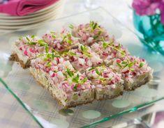 En underbar matjestårta sprängfull med svenska klassiker - matjessill, gräslök och gräddfil. Passar perfekt till midsommar och silltårtan räcker till många.