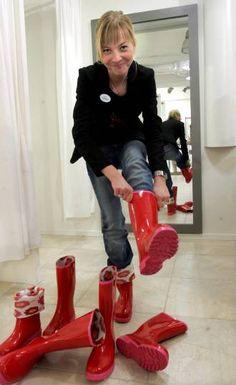 Afbeeldingsresultaat voor girls in rubber waders Red Wellies, Wellies Rain Boots, Plastic Boots, Rainy Day Fashion, Rain Gear, Rubber Rain Boots, Women Wear, Feminine, Lady