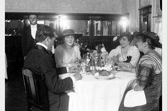 """Foto 12547] Probablemente interior de la """"Confitería Del Telégrafo"""". Año 1920."""