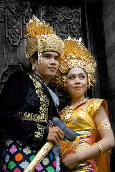 Indonesian traditional bride & groom #indonesian fashion #indonesian culture http://indostyles.com/
